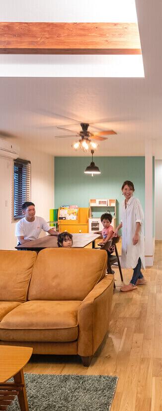 カフェ風のリビングルームでくつろぐ家族4人