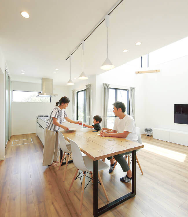 アキュラ東京中央で建てたリビングルームで過ごす家族
