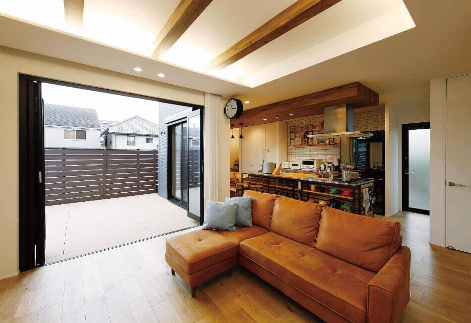 開放的なテラスとヴィンテージ感のあるリビングルーム