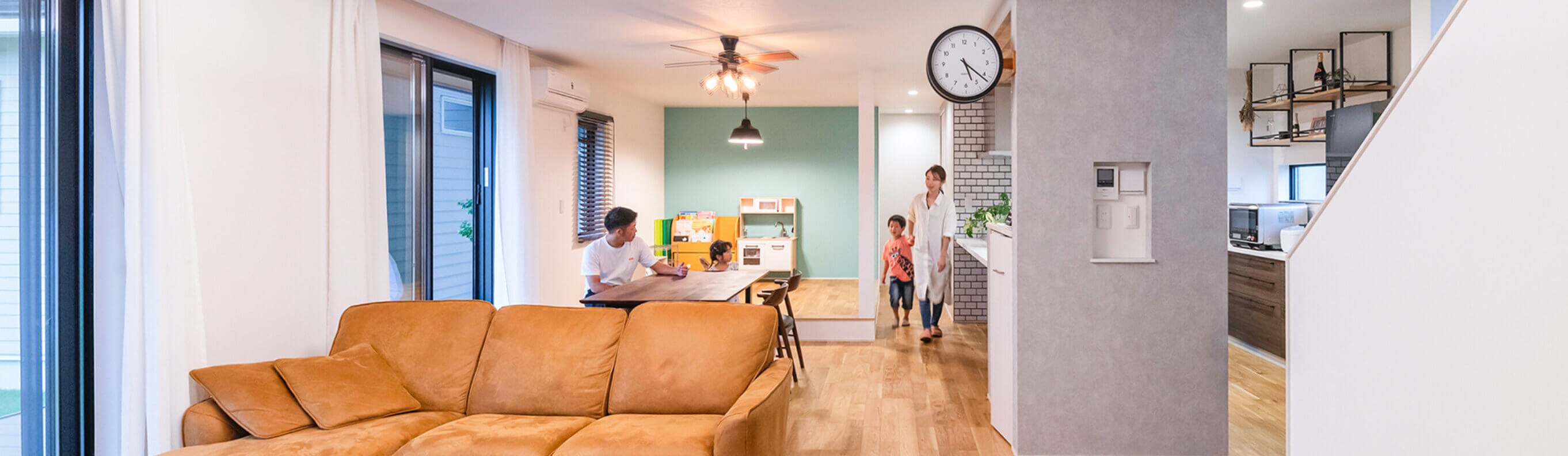 カフェ風のヴィンテージ感溢れるリビングルームでくつろぐ家族
