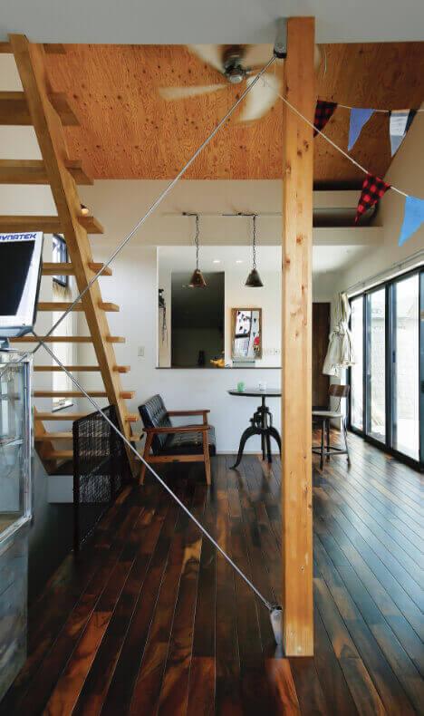 床に無垢の鉄刀木を使用したヴィンテージハウス