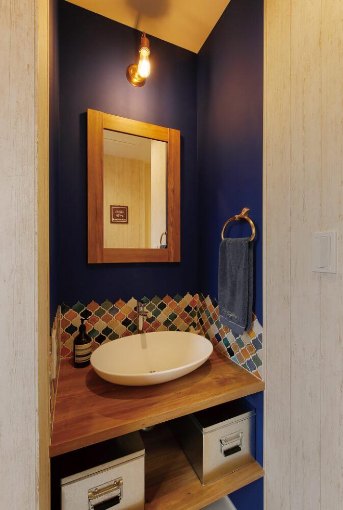 タイルと壁紙のコントラストが素敵な2階の手洗い。