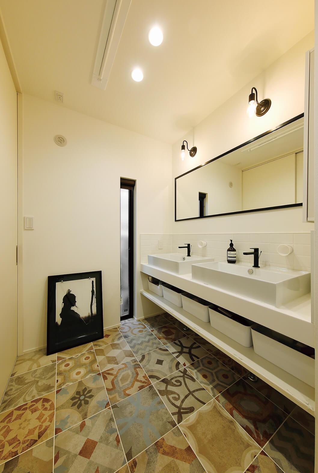 こだわりのタイルで仕上げた洗面は、ホテルライクな空間に。