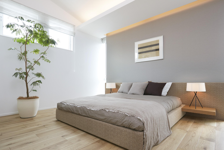 落ち着いたカラーのインテリアで統一した主寝室。間接照明の光がくつろぎの時間をもたらせてくれます。