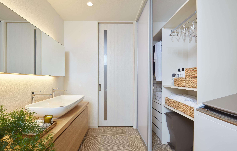 家電や衣類など必要なものを全てしまえる洗面化粧台横の頼もしい収納は、ビルトインですっきりおさめた、『家事ラク』設計です。