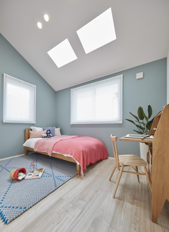 明るい壁紙を採用した子ども部屋。