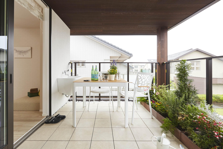 リビングとひと続きになった開放的なバルコニー。バーベキューをしたらり、家族のくつろぎスペースとして多目的に使えます。屋根やあるので、雨が降ってもしのげます。