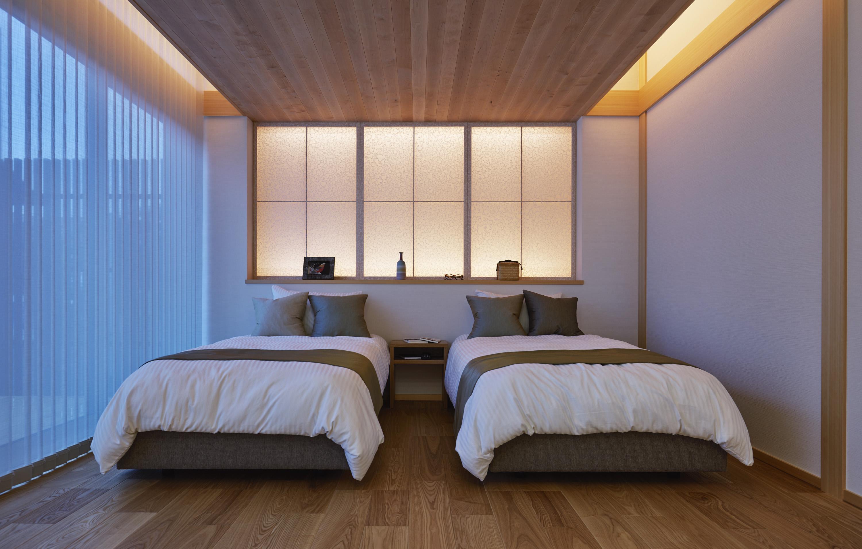 親世帯のための寝室は木の温もりと関節照明で癒しの空間に。和紙と組子のあしらいを取り入れた、こだわりのデザインです。