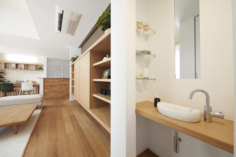 玄関横に手洗いを設け、帰宅すぐの手洗いを習慣に。