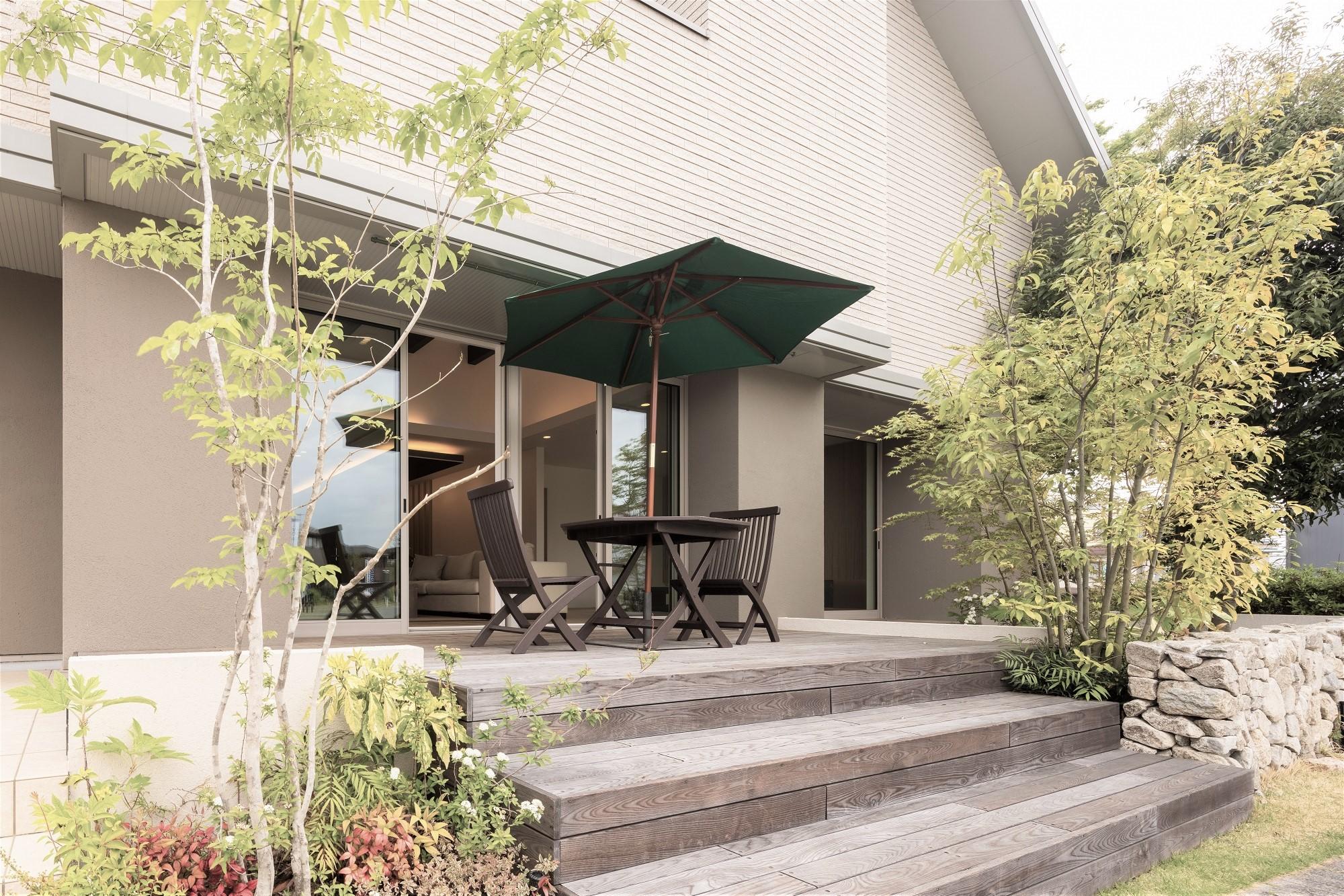 LDKから繋がるデッキは木々に囲まれ季節の移ろいを感じられます。天気が良い日にはカフェタイムやバーベキューなど、お家時間を豊かにしてくれます。