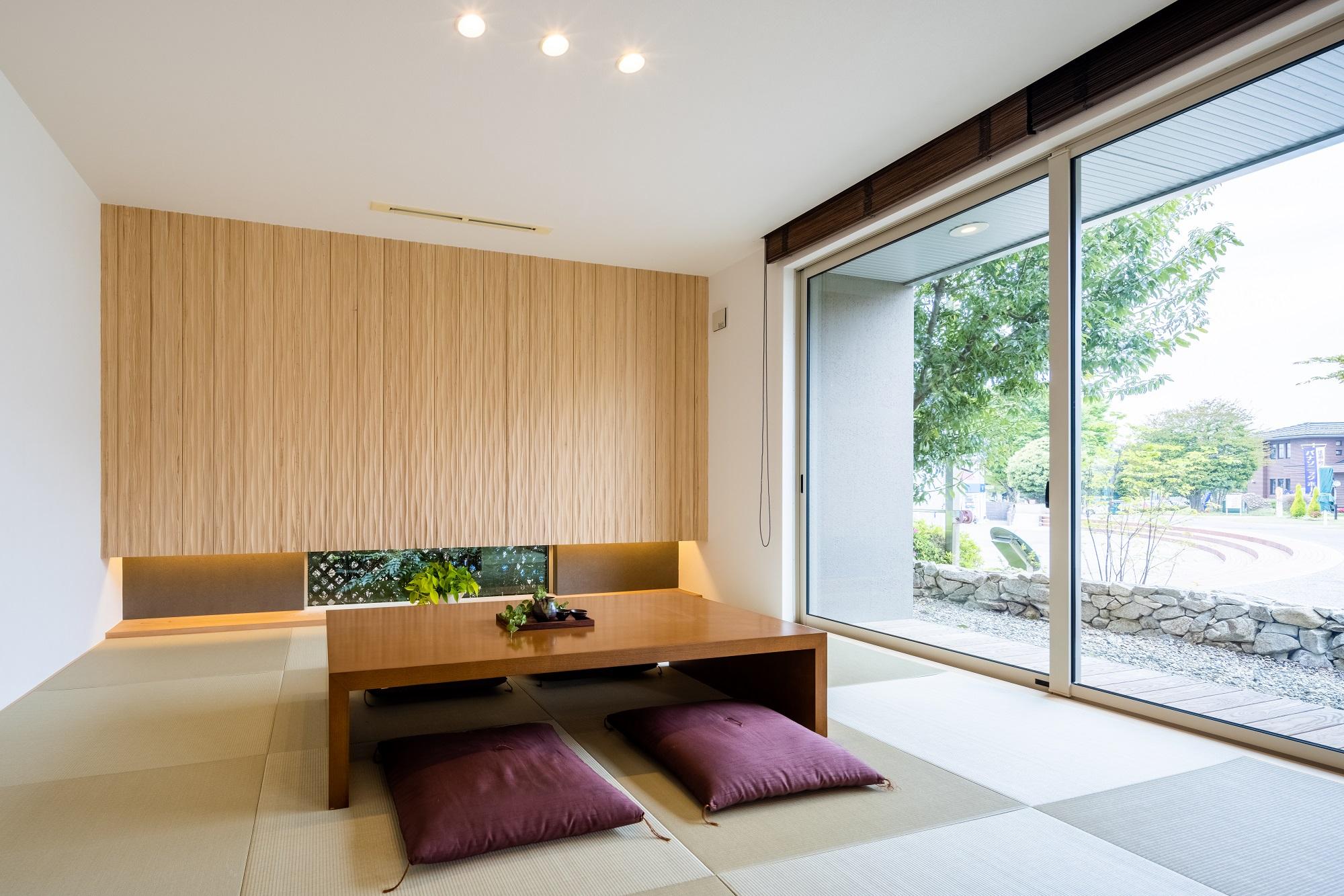 リビングから繫がる和室は、心落ち着く安らぎの空間。杉の天然木を用いた壁がポイントです。日々の暮らしの中で、自然素材ならではの変化を楽しむことができます。