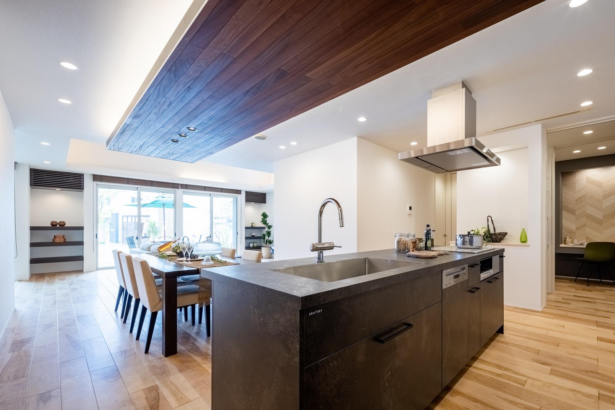高いデザイン性と機能性が人気のグラフテクト社製のキッチン。天井の板張りが空間にアクセントを加えます。