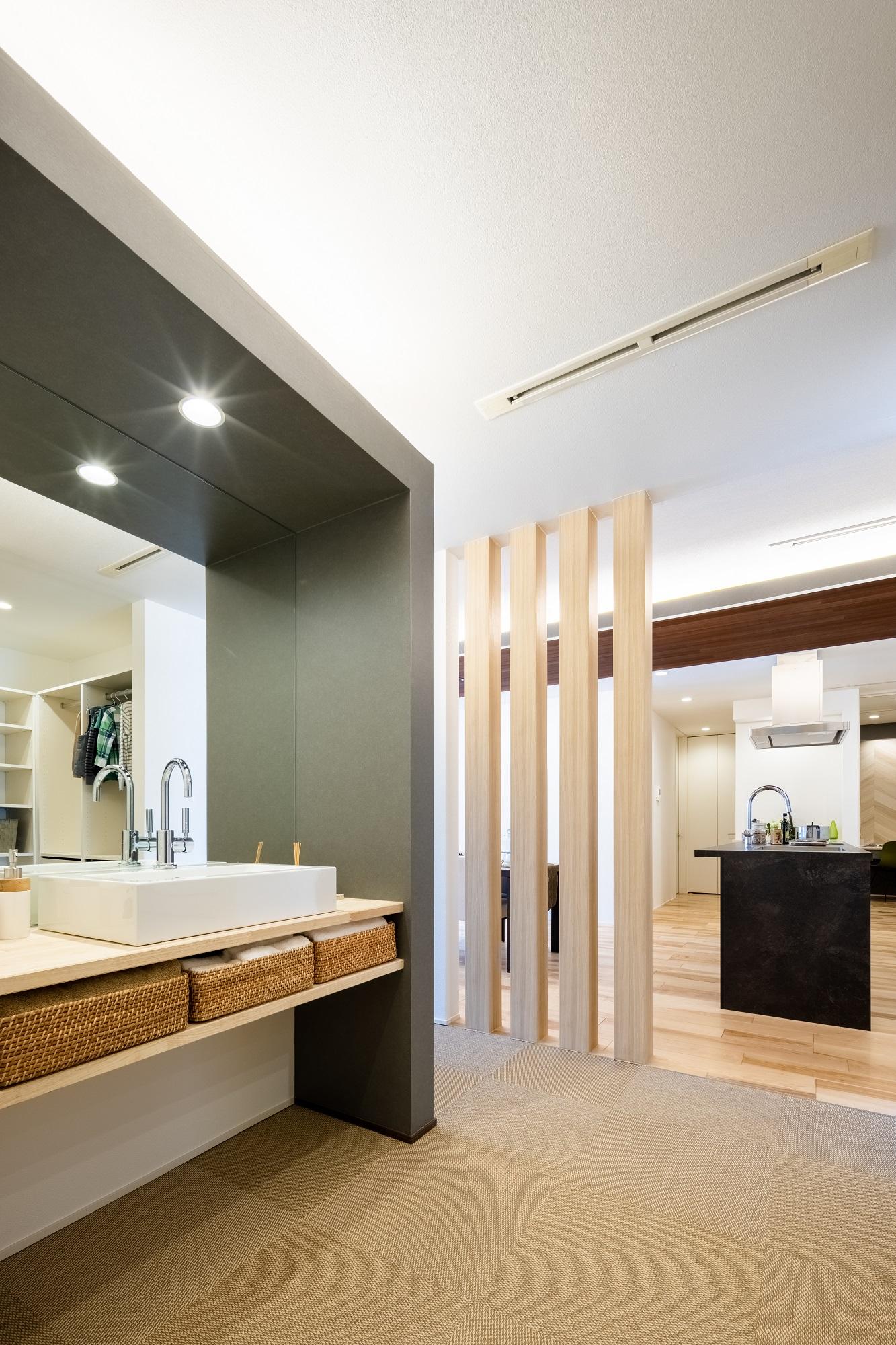 キッチン横には水まわりの動線があります。カウンタータイプの洗面台に大きな鏡で身支度もゆったりと。
