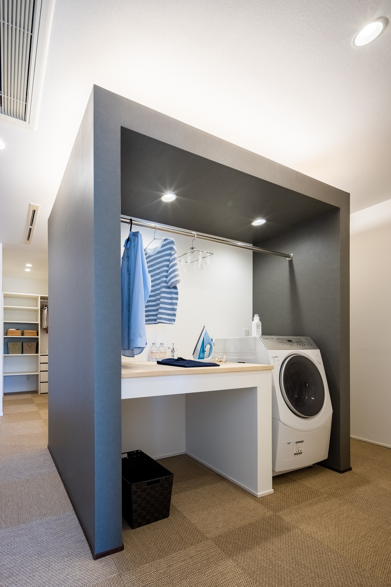 洗面化粧台の反対側には家事コーナーが。洗濯物を洗う、干す、アイロン掛けや片付けの動線までがコンパクトにまとまった家事ラクな間取りです。