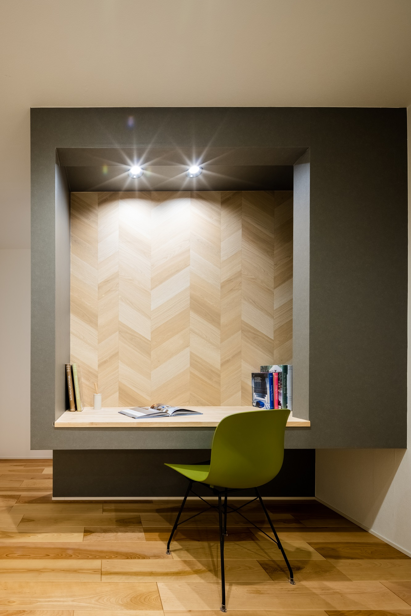 リモートワーク用にご要望も多い書斎スペース。好きな壁紙で遊びゴコロのある空間に仕上げることも可能です。