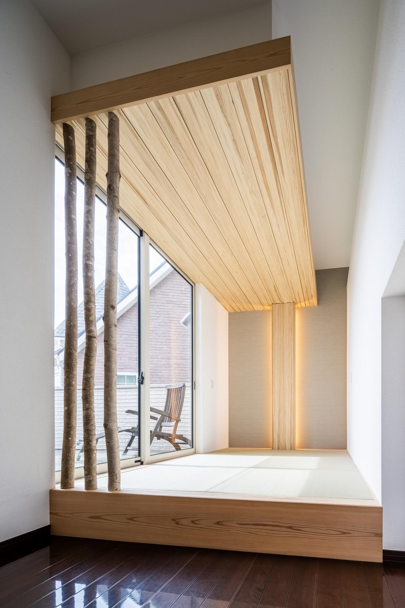 階段の踊り場には3帖の畳スペースを設けています。正面の壁には天然木のアクセントを設け、天井と繋げることでより落ち着きのある空間に。バルコニーへの出入りもできる掃き出し窓からはたくさんの陽射しも差し込み、ほっと寛げる癒しの空間になっています。