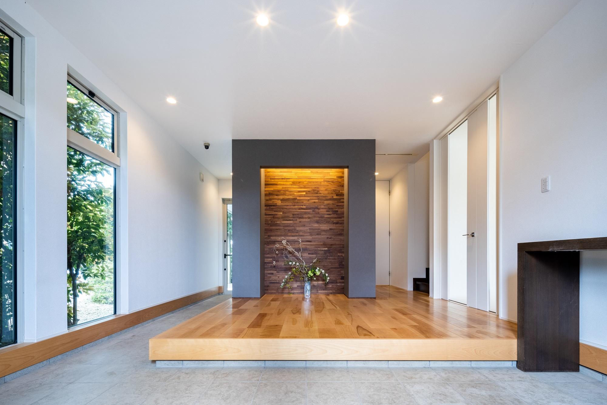 玄関ドアを開けると、木の温もりがあふれる玄関ホールが広がります。 裏側には収納スペースが設けてあり、ホールはすっきり綺麗に使うことができます。