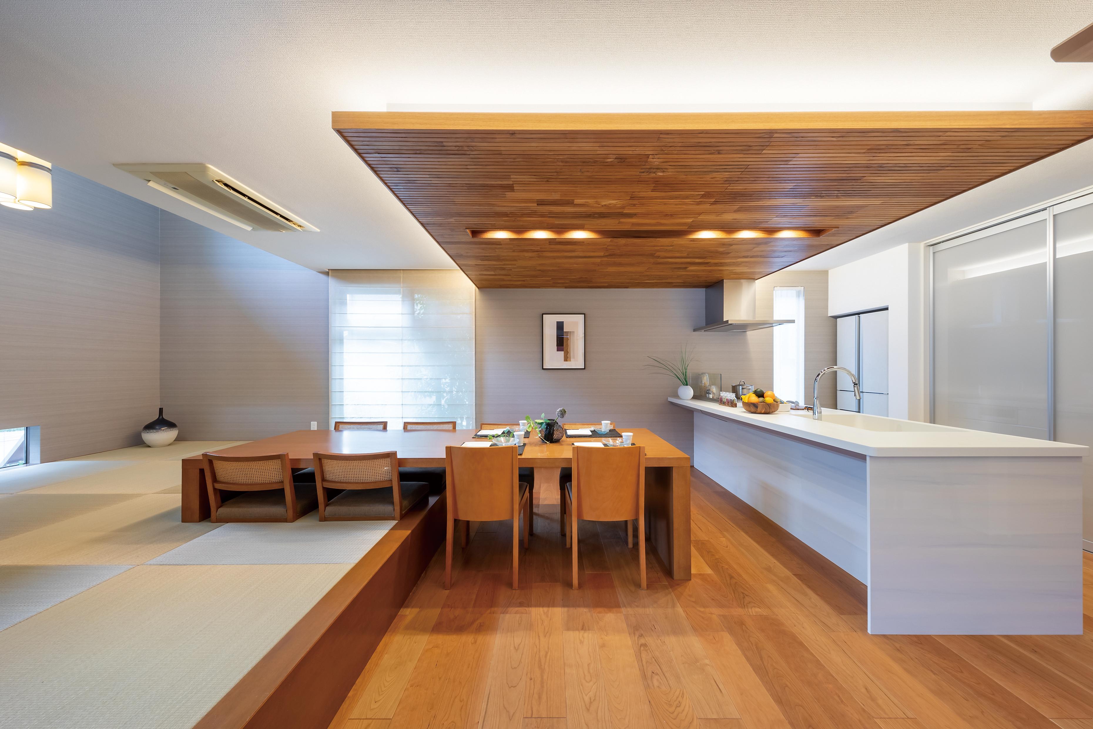 木の温もりがあふれる下がり天井は、空間にアクセントを加えます。間接照明からは、あたたかい光が。