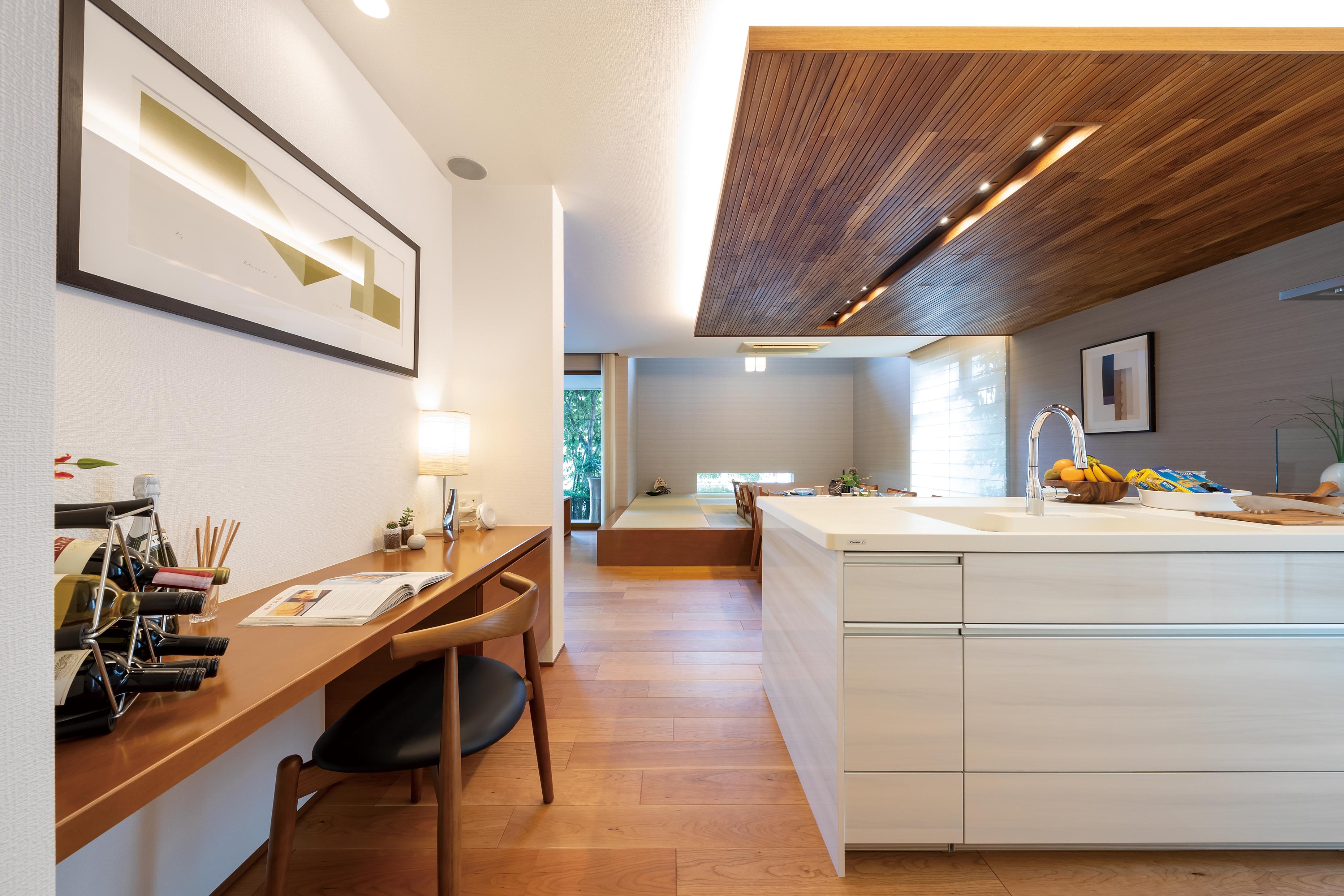 キッチン横にはデスクコーナーを設け、リモートワークにも対応。お子さんの勉強スペースや、家事スペースにも使えます。