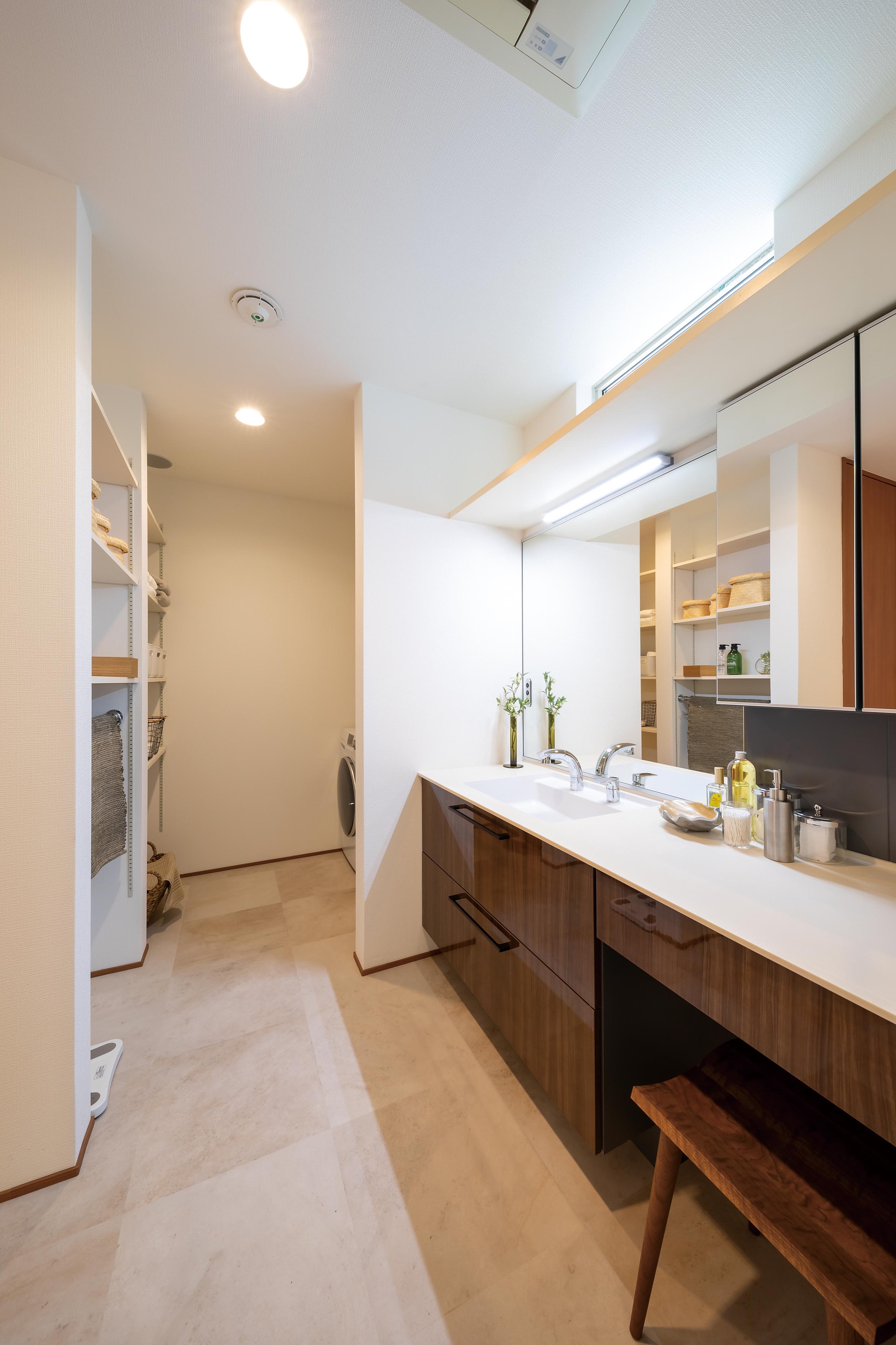 脱衣・洗面スペースは収納をたっぷり設け、洗う・干す・しまう、が完結します。天井には除菌効果のあるオゾン発生器もついています。