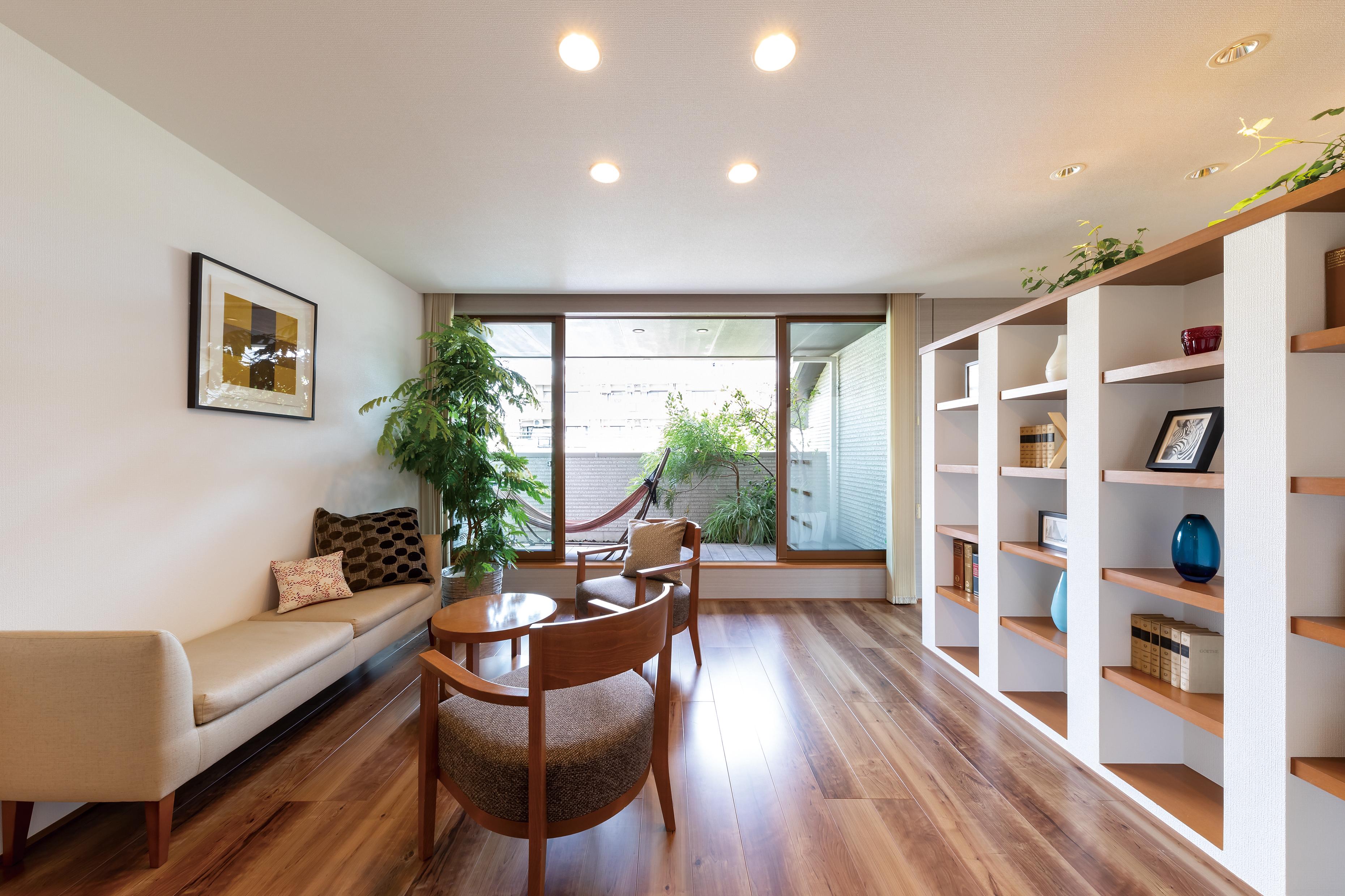 二階に設けたフリースペースは、セカンドリビングとして家族とゆったり過ごせます。またディスプレイ棚に趣味のコレクションを飾ったりと趣味を満喫するスペースとしても楽しめます。