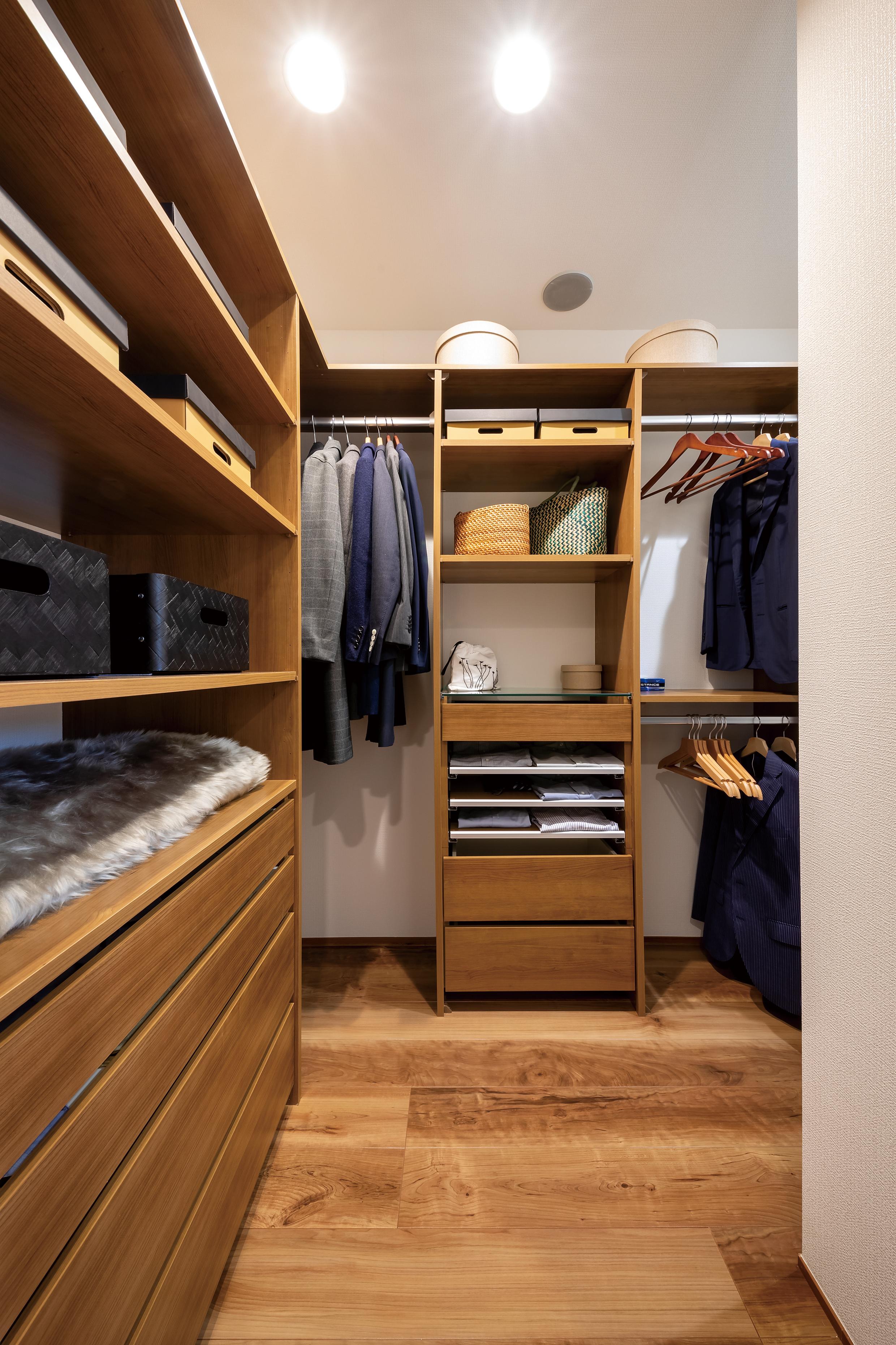 主寝室から使うクローゼットは収納するものに合わせて棚やパイプをカスタマイズできます。