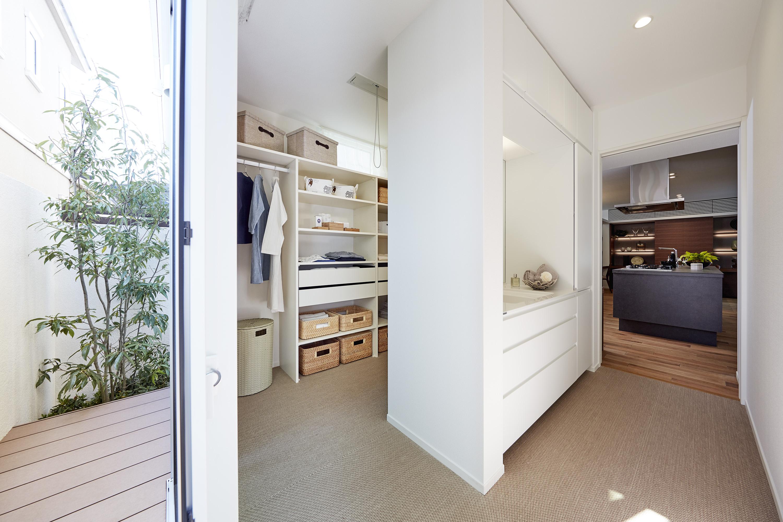洗面所のすぐ横に設けた室内干しコーナー兼ファミリークローク。うれしい家事ラク設計です。