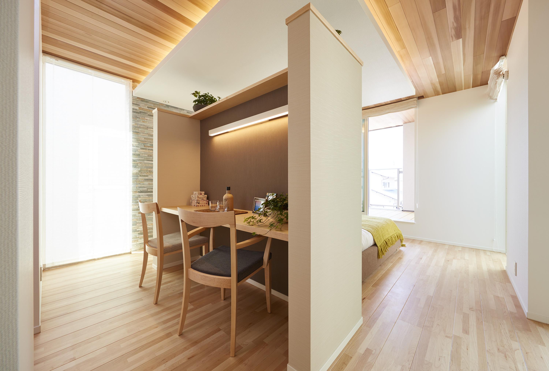 ベッド裏側には夫婦の書斎コーナーを併設。
