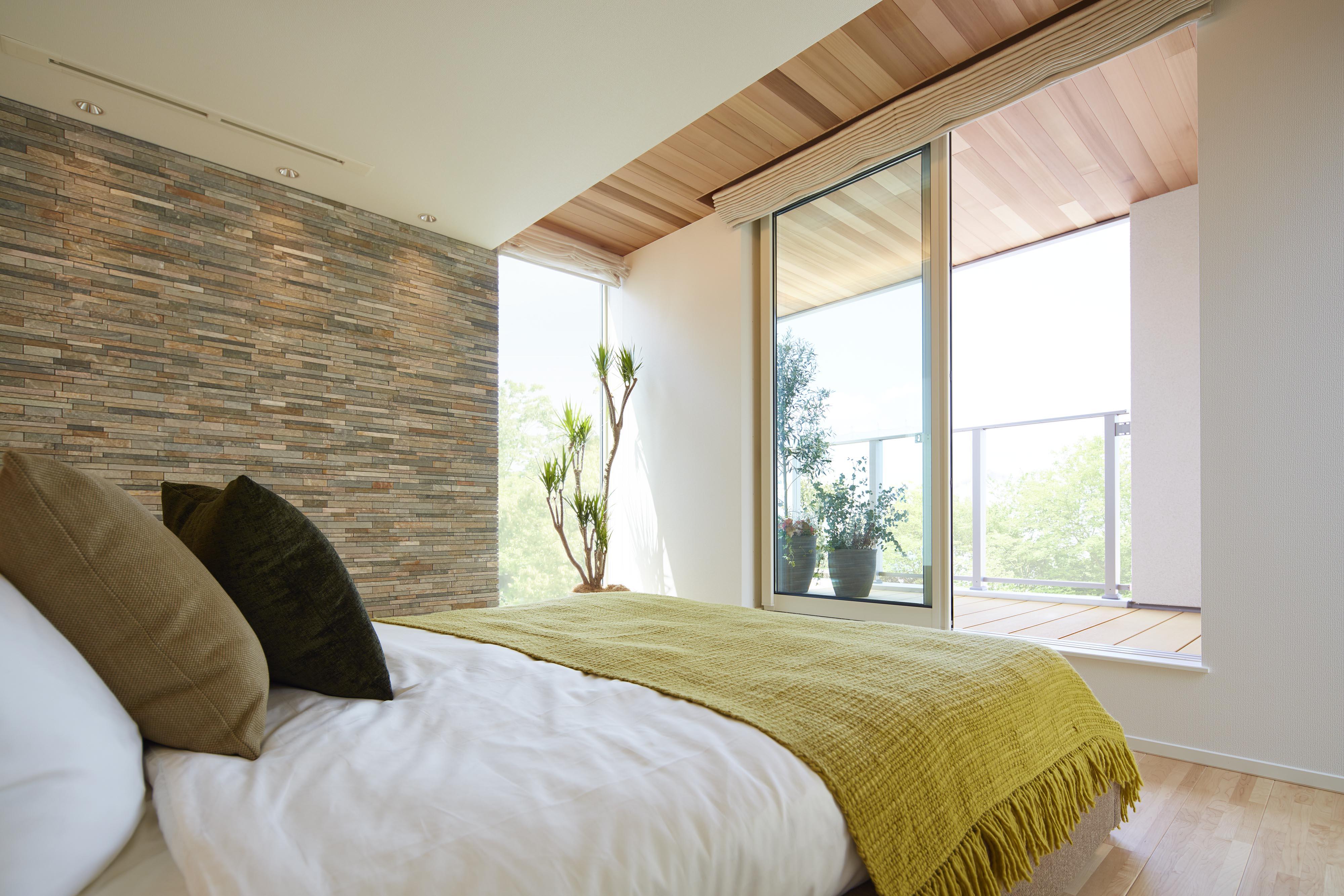 インナーバルコニーで広がりを感じさせながら、プライベート感も大切にした主寝室。
