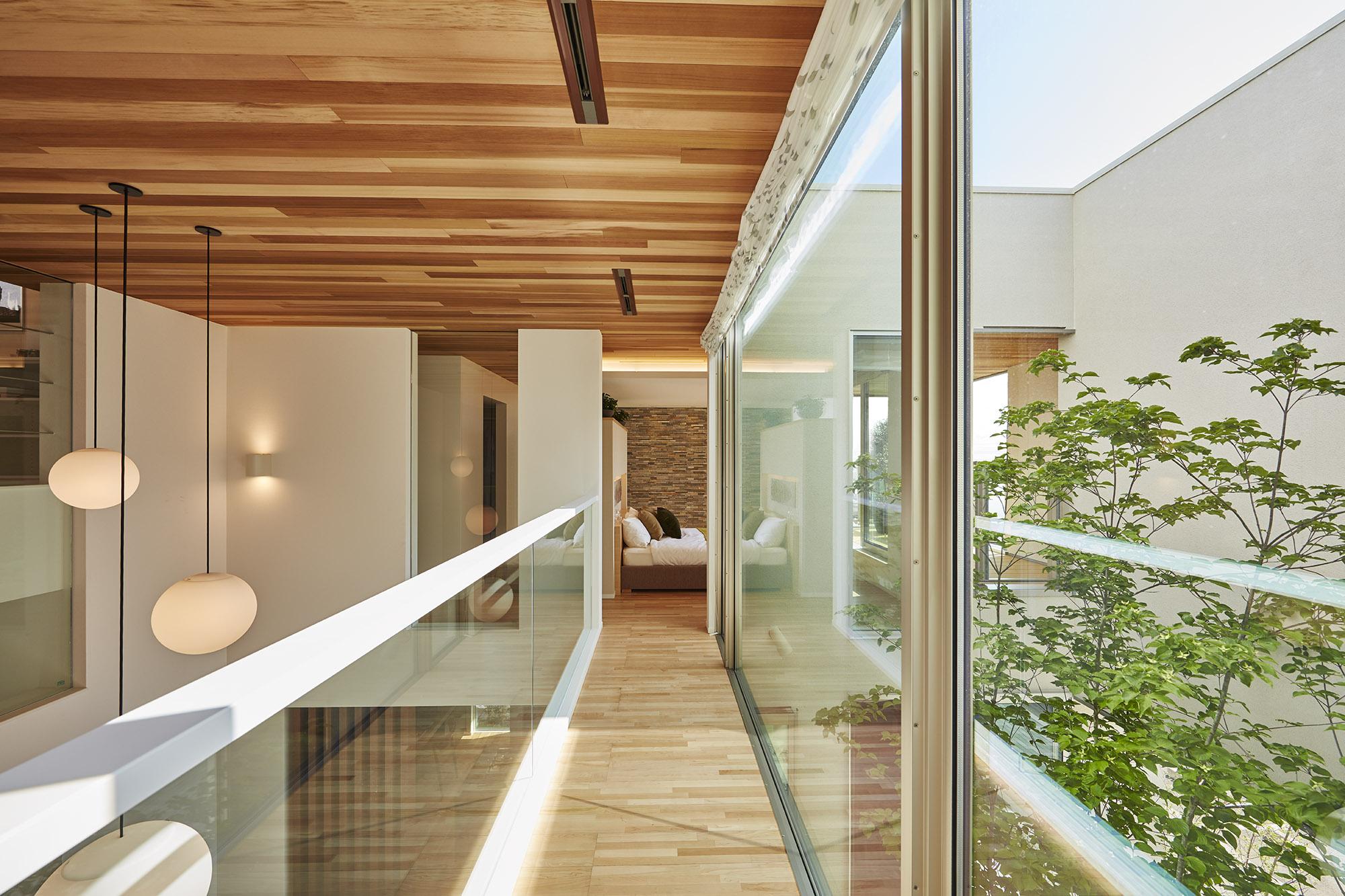 2階廊下からは階下の緑が眺められます。