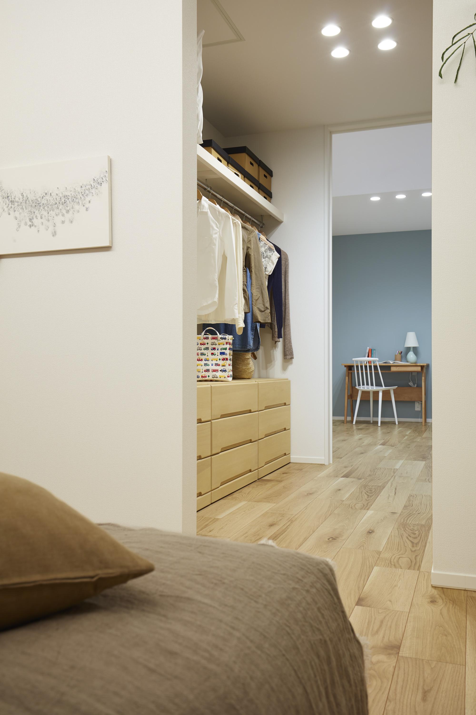子ども部屋と主寝室の間に配したウォークスルークローゼット。それぞれの部屋から行き来で、共有で使えます。