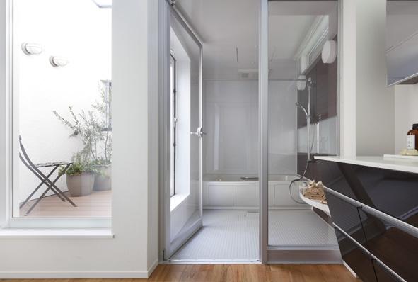 一日の疲れを癒すバスルームの隣には、バルコニーを併設。入浴しながら外の風にあたり、心地いい時間をお過ごし下さい。