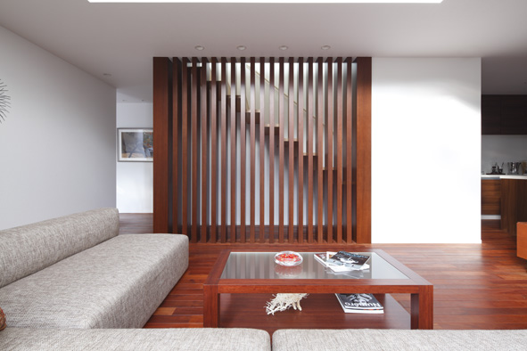 木の風合いが際立つ「匠階段」。ものづくりにこだわる、「匠の心」が表現されています。