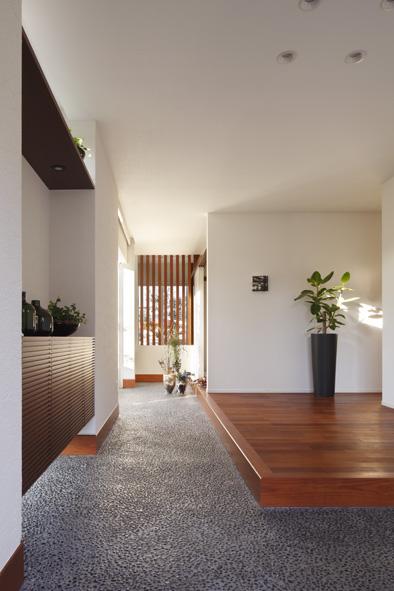 土間とつながる広々とした玄関がお客様を迎えてくれます。