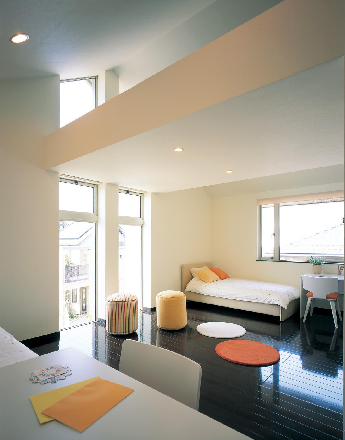 勾配天井を利用したロフトを設け、空間に変化を持たせた子供部屋は、収納もたっぷりなうえ、遊び心もいっぱい。 また、S&I(スケルトン&インフィル)設計で、お子様の成長に合わせて一部屋から二部屋へと間取りの変更が可能です。