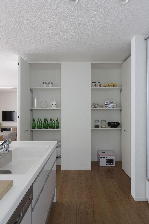 キッチン横のパントリー。