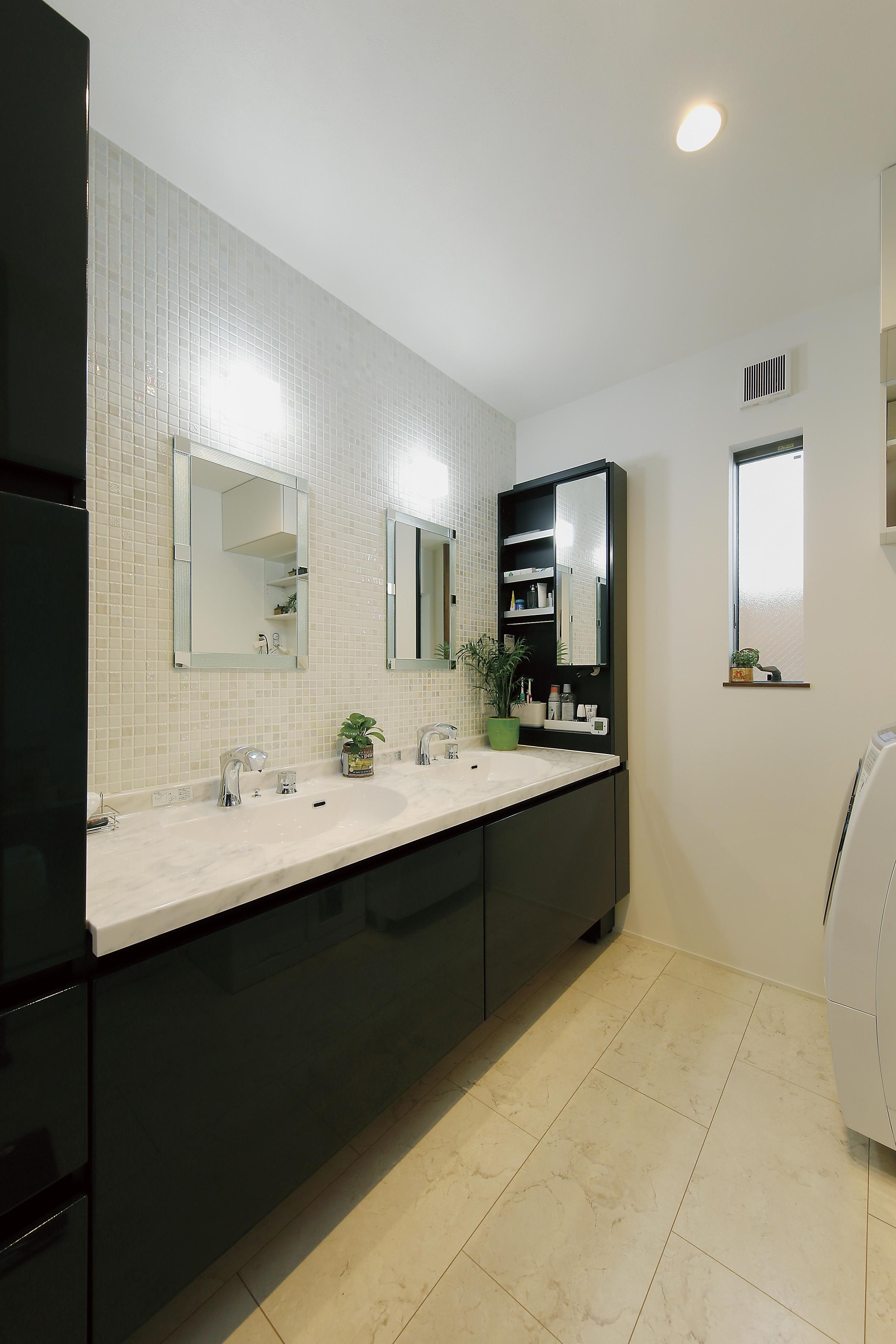 ホテルライクな演出はLDKだけでなく、洗面所にも光ります。