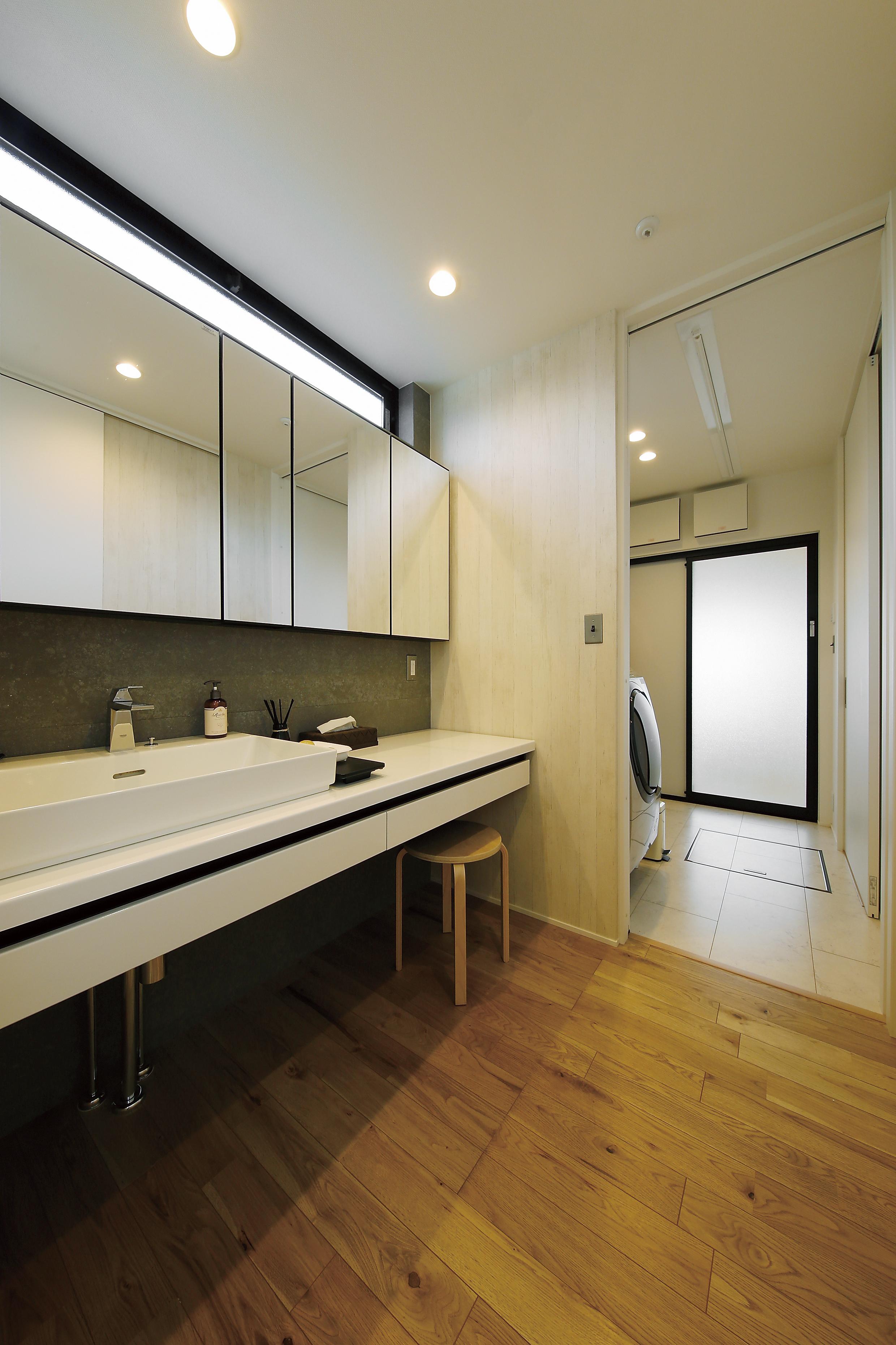 洗面化粧台はホテルのようにスタイリッシュに仕上げました。