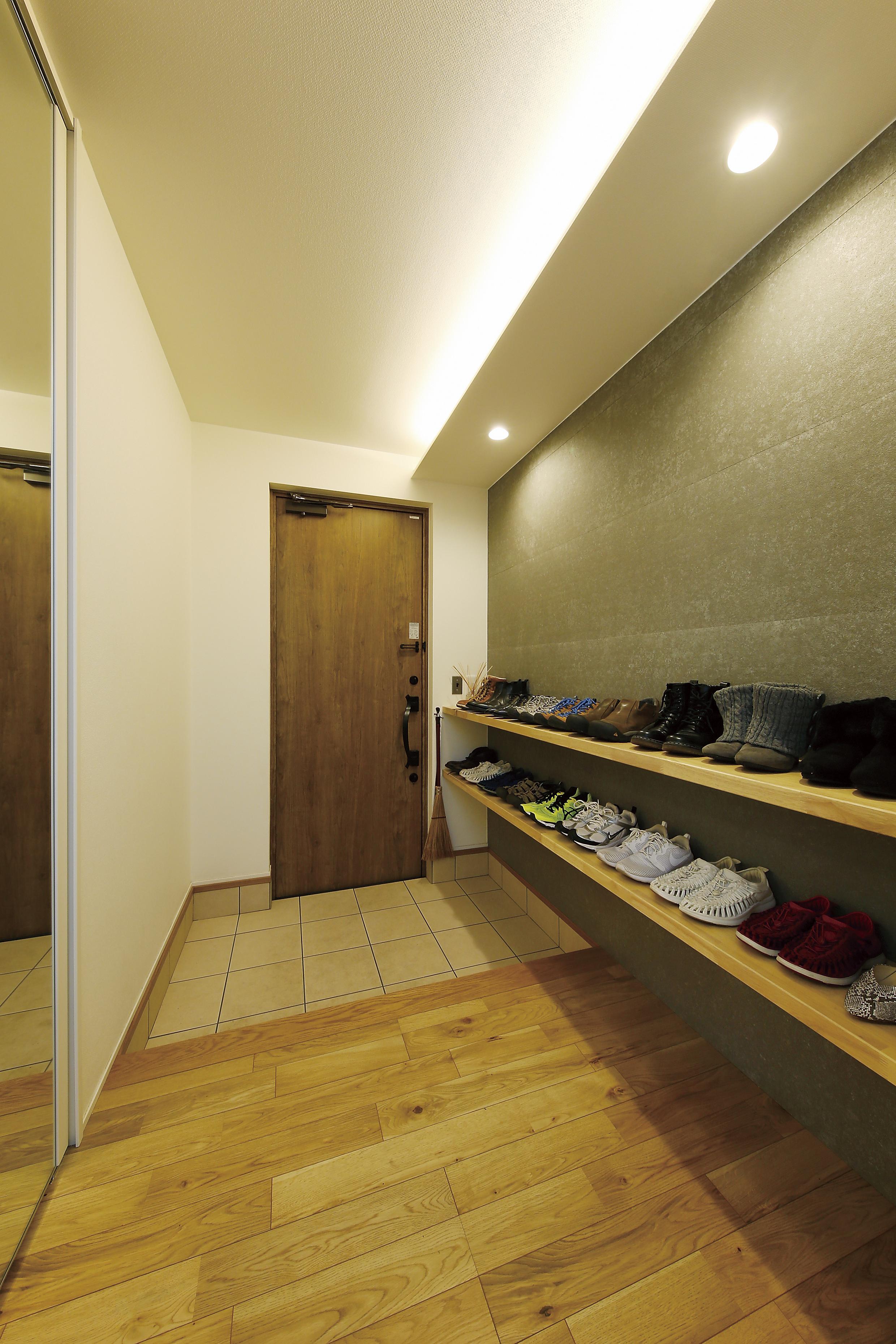 玄関収納はカウンタータイプで見せる収納に。