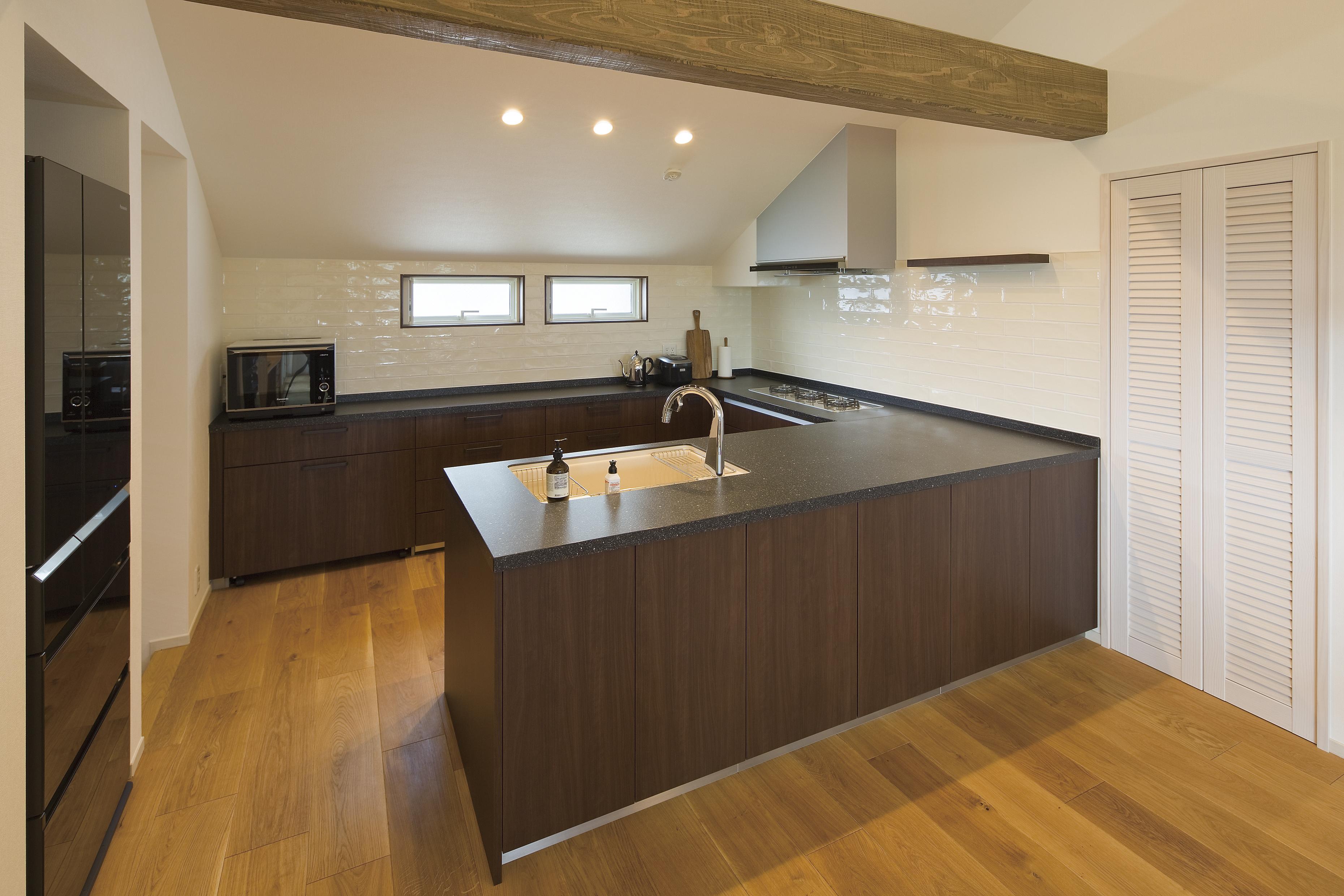 無垢の床やコの字型のキッチンはM様ご夫婦のこだわりの素材が一層映える上質な空間となっています。