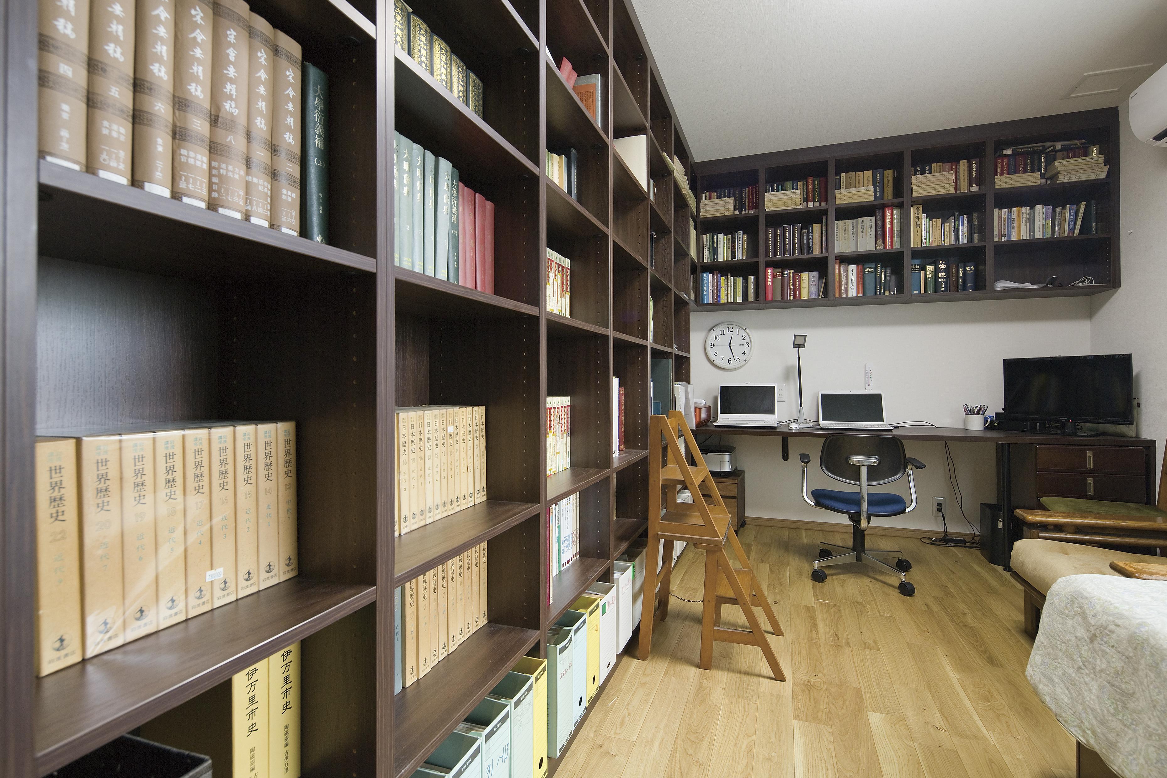 お父様のお部屋には書斎スペースを設け、床から天井まで蔵書できる本棚を造作し、図書館のような雰囲気に。