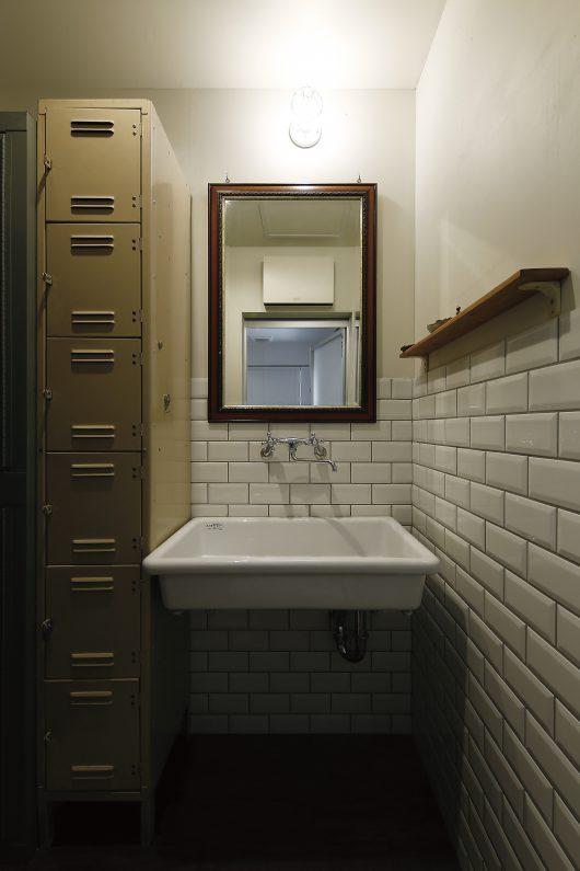 お気に入りのシンクと鏡を設置した洗面。シンプルながら、センスが光ります。