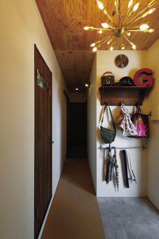 自転車やベビーカーもそのまま入れられる土間のある玄関も特徴的。