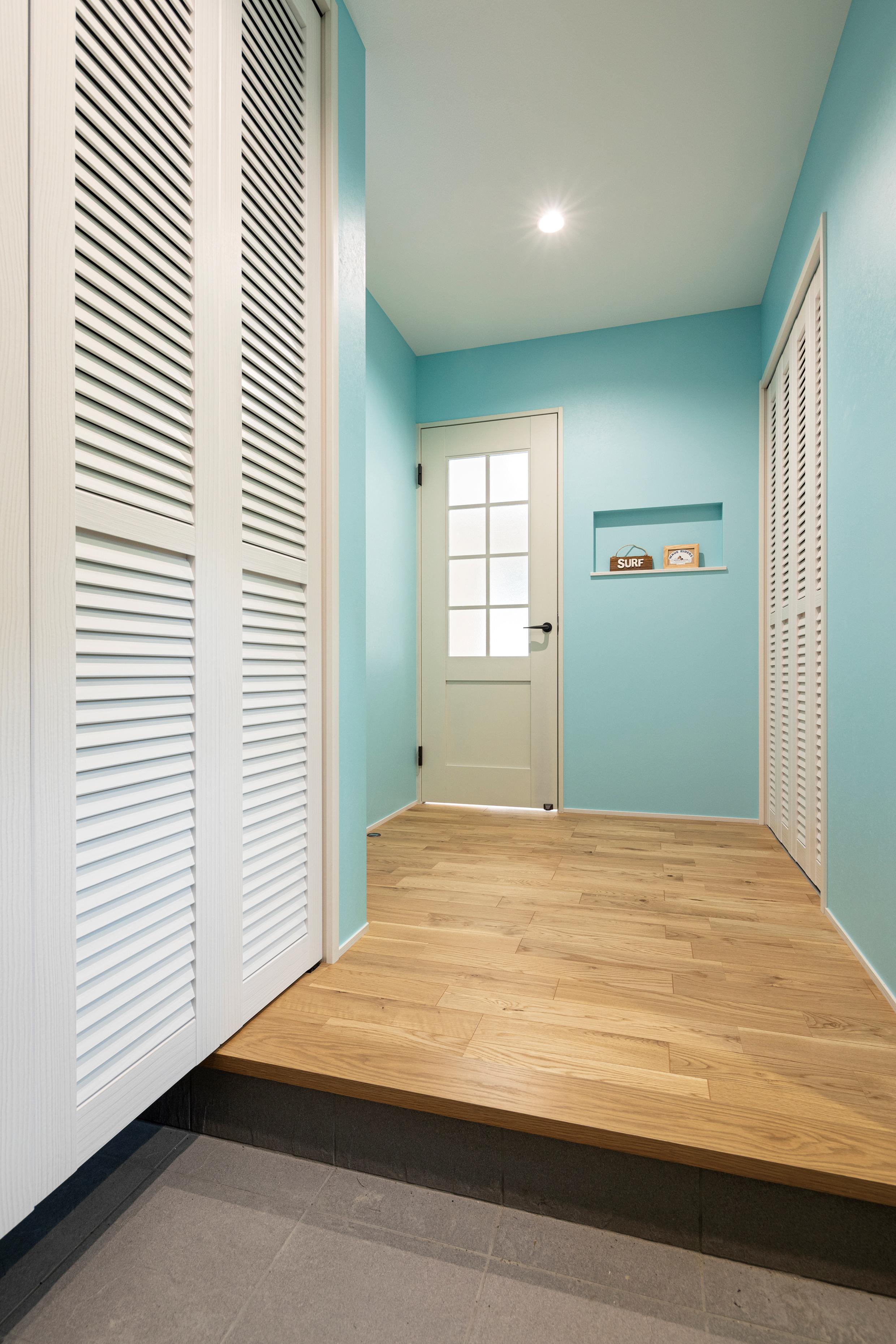 玄関収納もリビングにイメージを合わせてホワイトに。ルーバー扉もこだわりです。