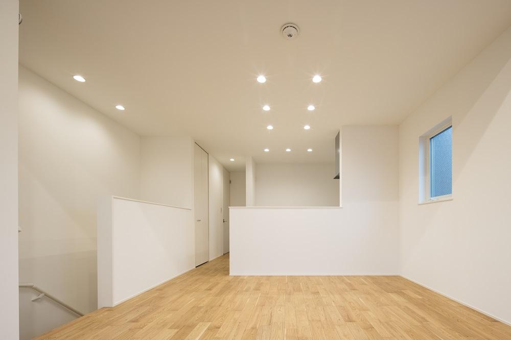 キッチン横の階段。廊下がない分、スペースを広く使えます。