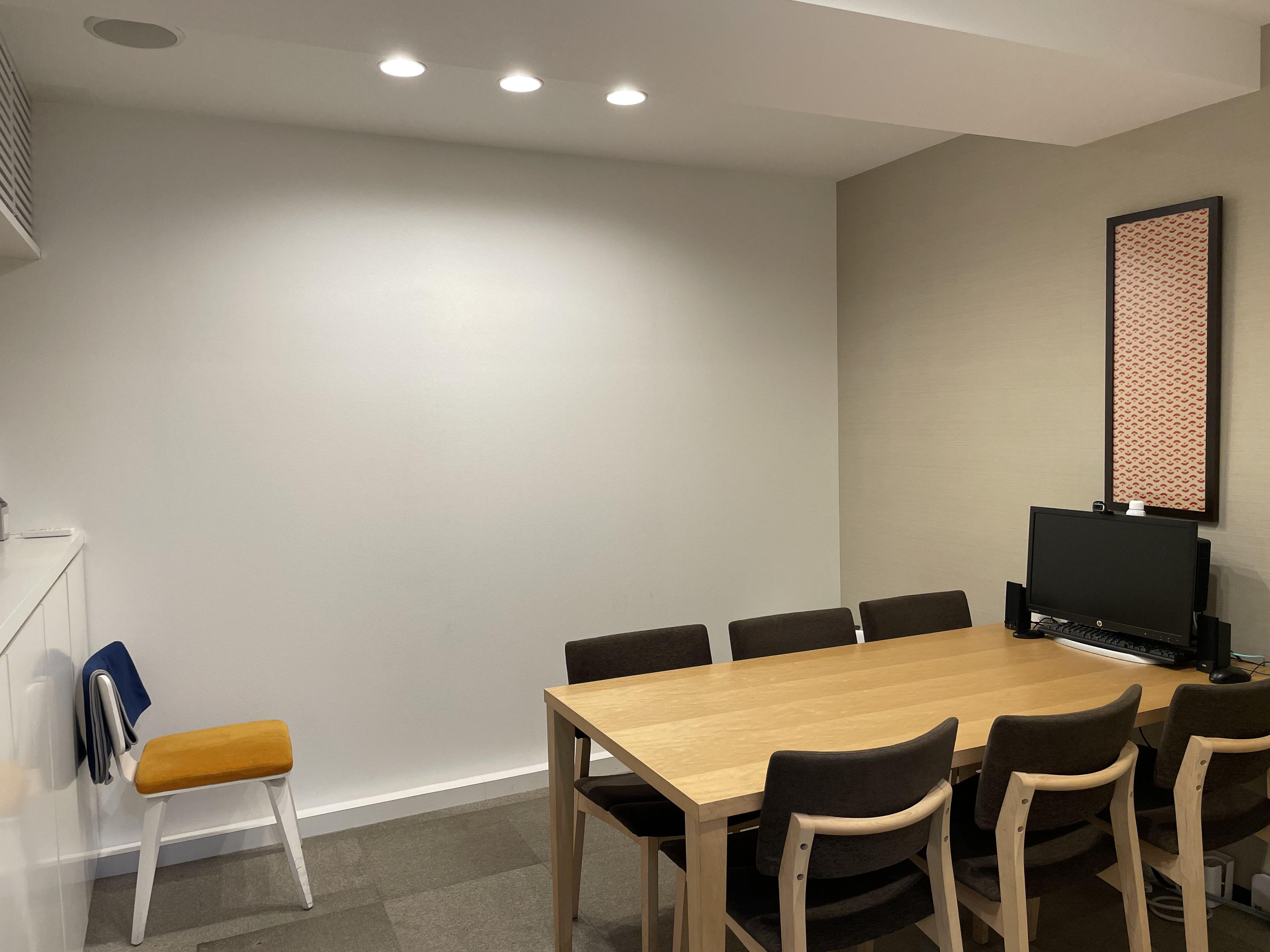 落ち着いた内装の打ち合わせコーナー。家具は実際にご購入いただくことも可能です。
