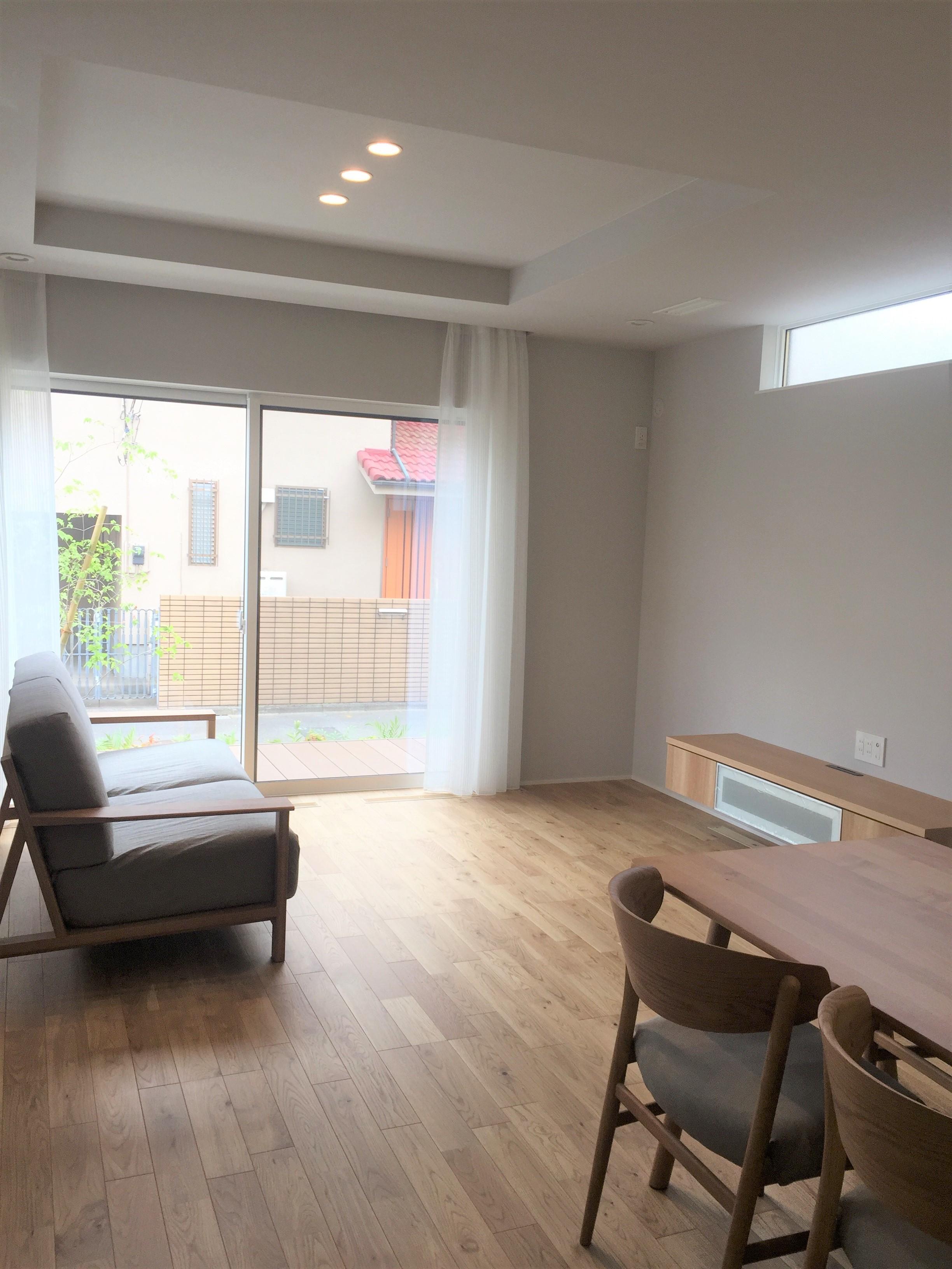 床材はオーク材を使用。LDKは対面キッチンになっており、折り上げ天井が空間のアクセントになっています。こちらの建物は、『全館空調』が搭載されており、365日健康・快適な室内環境が保たれています。