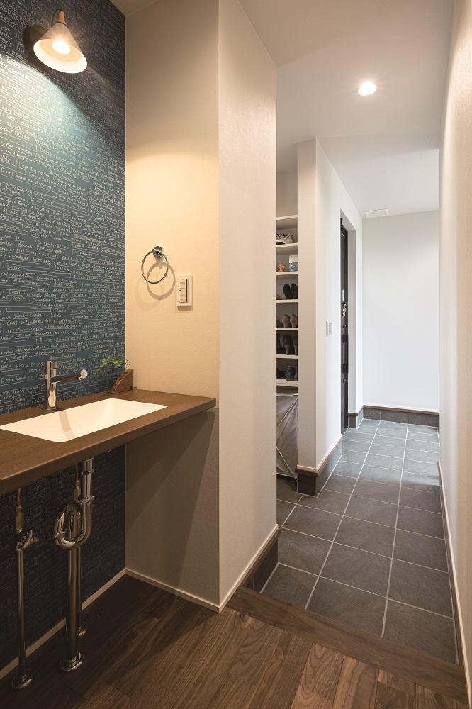 玄関ホールは2Way動線になっており、メインの動線の裏には収納・手洗いに繋げる動線も確保。