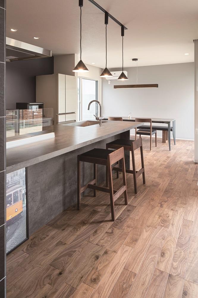 キッチンの奥にダイニングスペースを配置。両側に窓があり、明るく風通りもよい空間です。